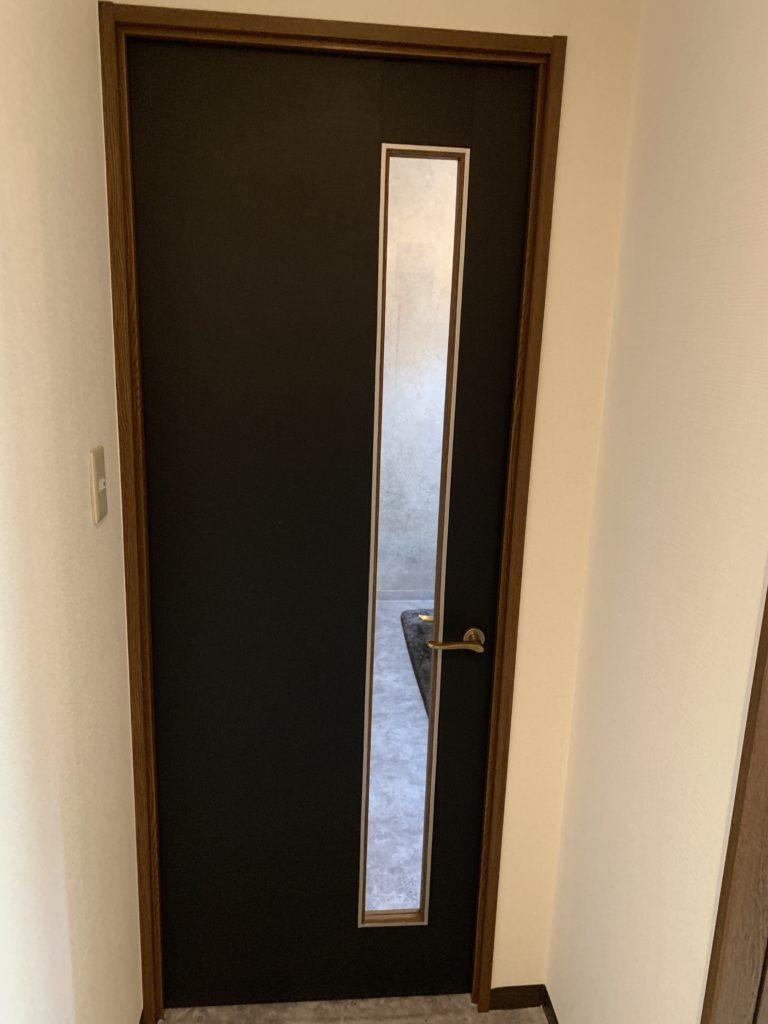 賃貸リビングの壁紙 床 ドアを貼り替えて理想のモデルルームに